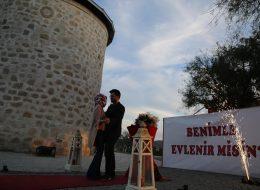 Dev Pankart ile Alaçatı Yel Değirmenlerinde Sürpriz Evlilik Teklifi Organizasyonu