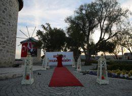 Alaçatı Yel Değirmenlerinde Dev Pankartla Evlilik Teklifi Organizasyonu