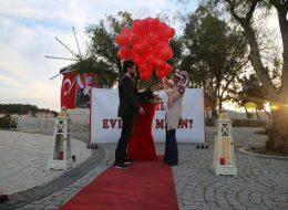 Benimle Evlenir Misin Yazılı Dev Pankart ile Alaçatı Yel Değirmenlerinde Evlilik Teklifi Organizasyonu