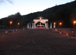 Meşaleler ve Beyaz Tüllerle Hazırlanmış Gazebo Eşliğinde Evlenme Teklifi Organizasyonu Bodrum