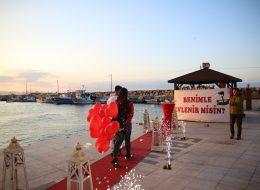 Dev Pankart Eşliğinde Duygusal Evlenme Teklifi Organizasyonu