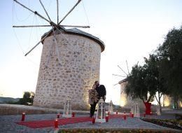 Alaçatı Yel Değirmenlerinde Sürpriz Evlilik Teklifi Organizasyonu