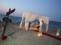 Plajda Evlilik Teklifi Organizasyonu Yönlendirme Tabelası ve Gazebo