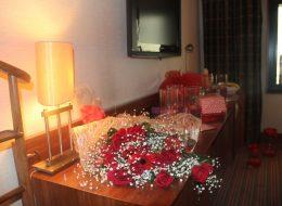 Çiçek Buketi ile Otel Odasında Sürpriz Evlilik Teklifi Organizasyonu