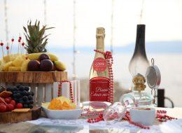 Şampanya Atıştırmalıklar ve Dekoratif Ürünlerle Evlilik Teklifi Organizasyonu Masa Süsleme Detayları
