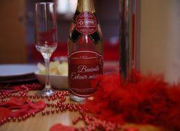 Şampanya Kadehleri ve Benimle Evlenir Misin Yazılı Sticker ile Süslenmiş Şampanya