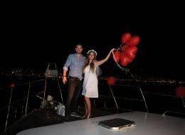 Kırmızı Kalpli Uçan Balonların Gökyüzü ile Buluştuğu An